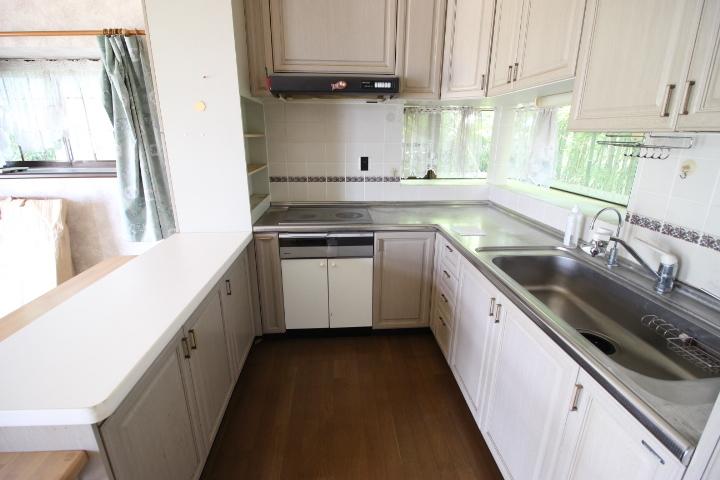 白を基調としたカントリー調のキッチンです 使いやすいL字型キッチンにカウンター付です