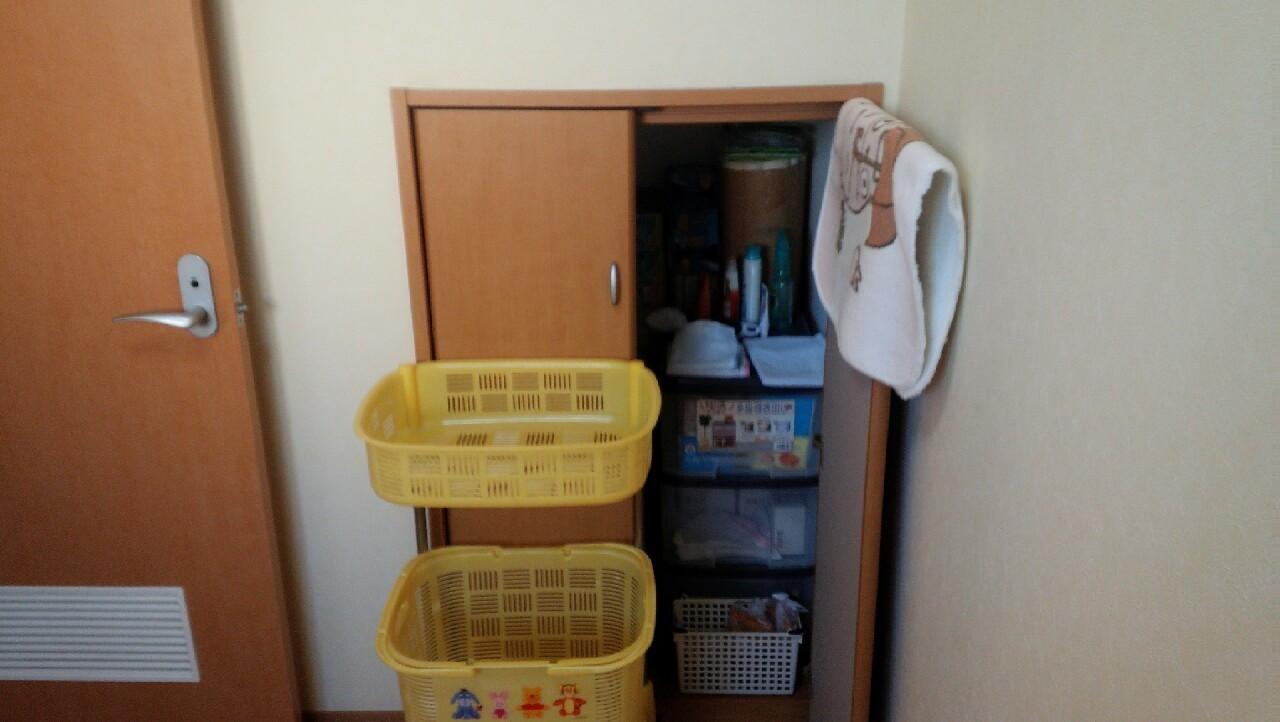 階段下収納は日用品のストックに便利です。