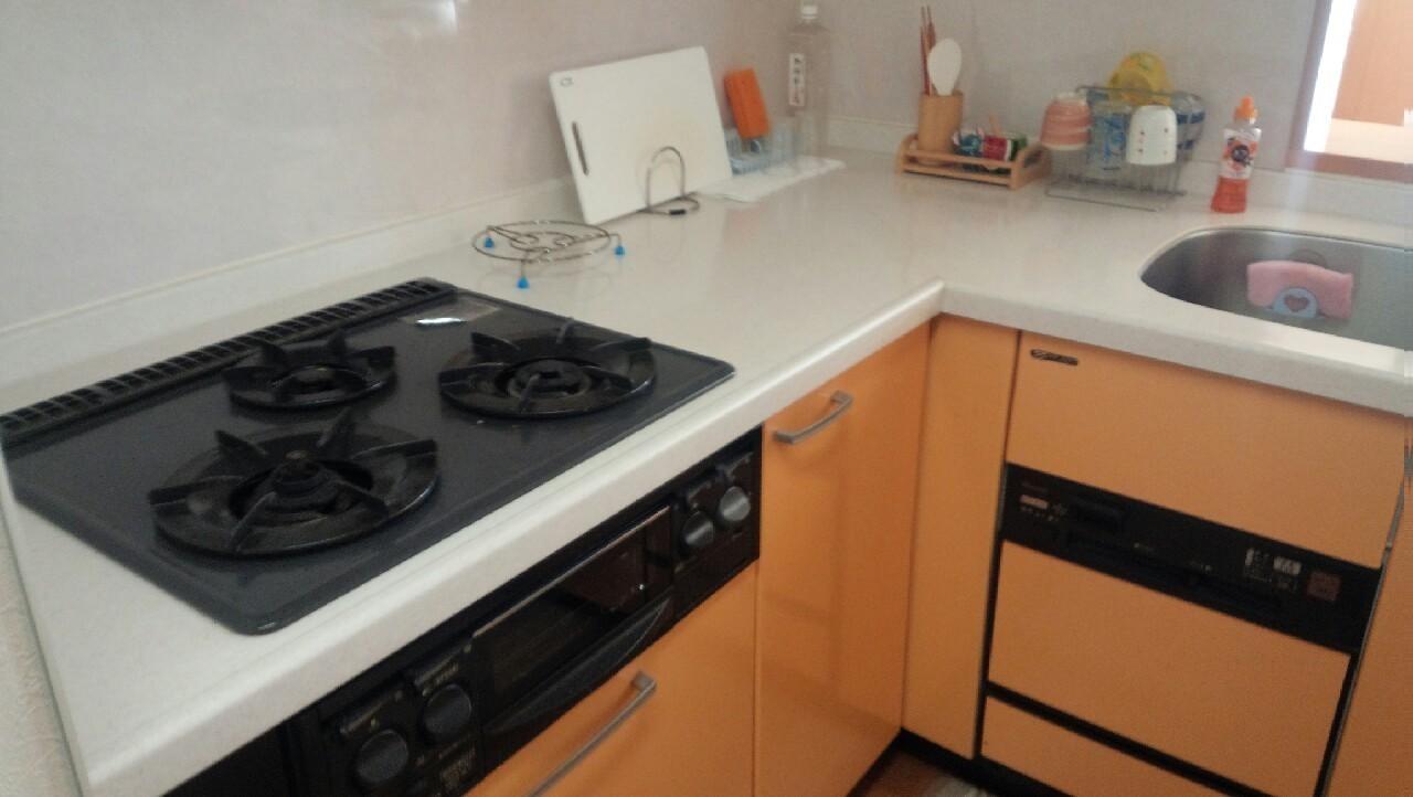 収納も備わったキッチン台。お鍋からキッチン小物までサッと片付きます。