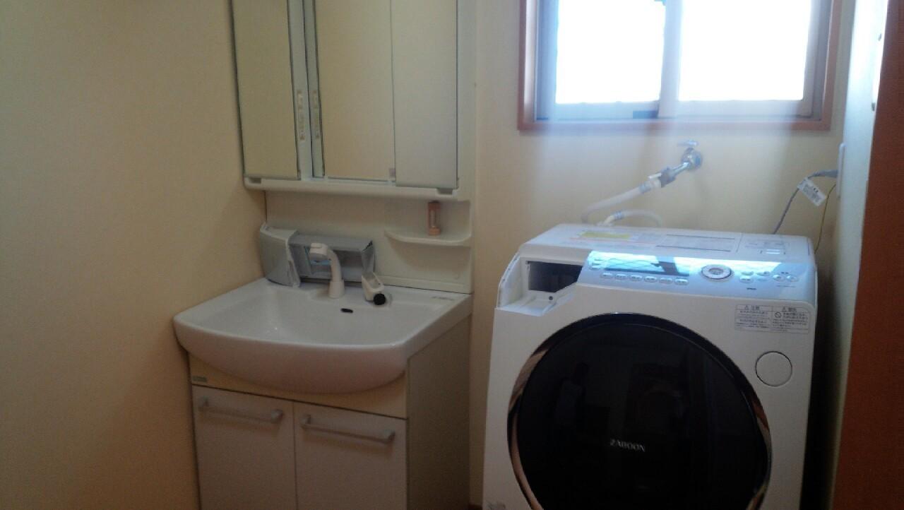 階段下収納も備わった洗面所です。