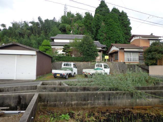 駐車スペースと車庫です。