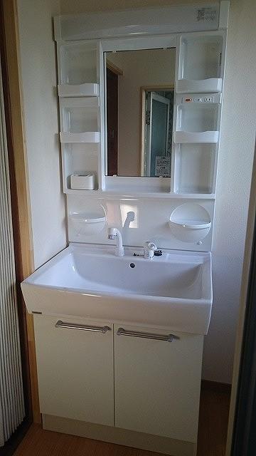 洗面台も交換済み。収納付で細々した物もスッキリ収納できます。