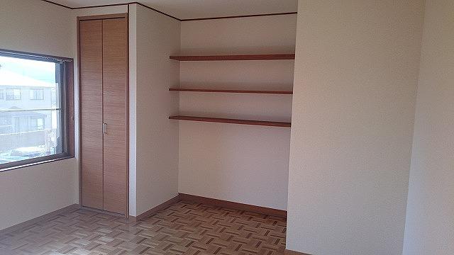 隠す、見せるのメリハリ収納。造り付け棚はディスプレイスペースや収納など用途いろいろ。