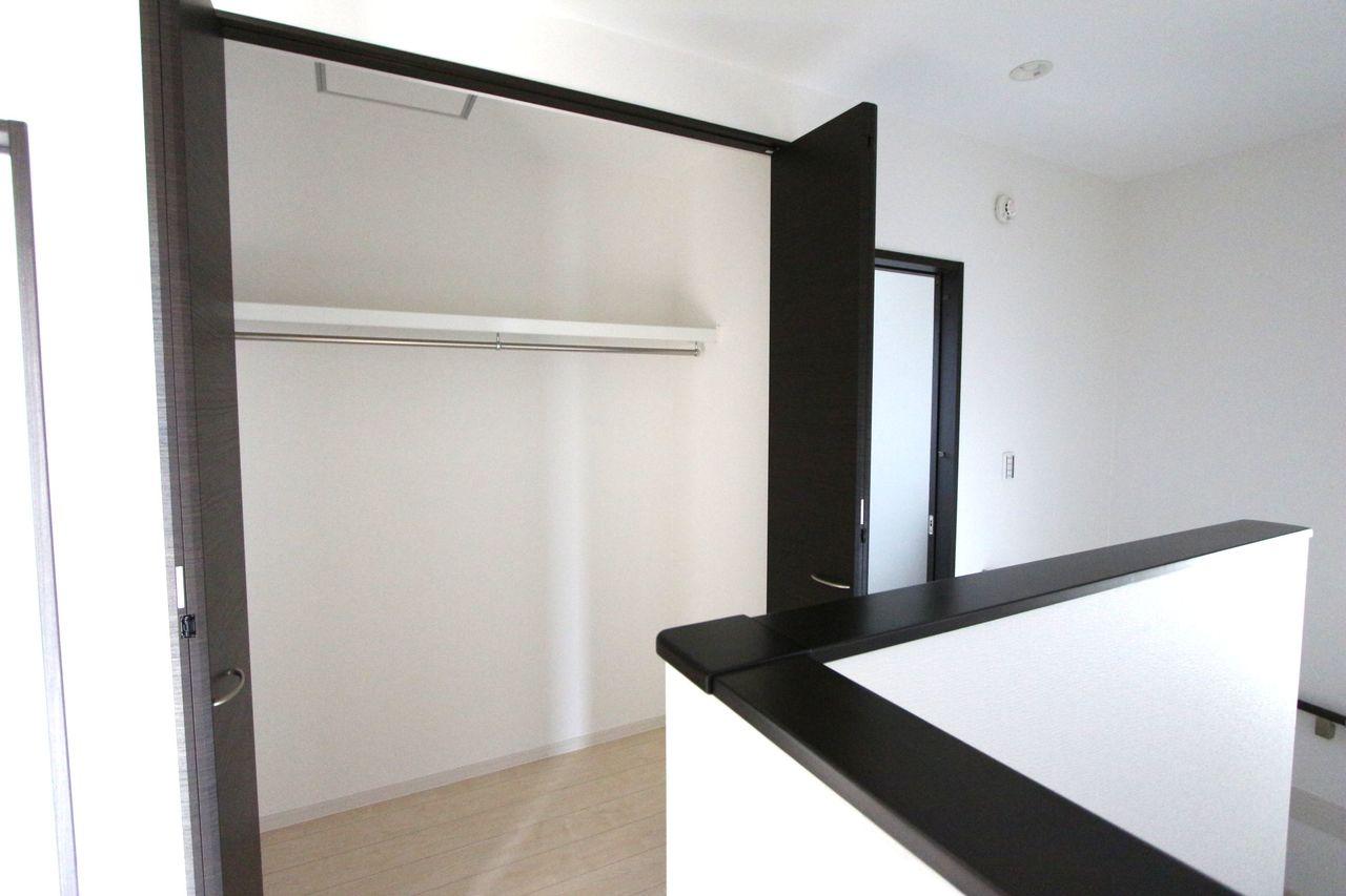 2階廊下に約1帖大の収納を設置しました。 棚もございますので天井まで無駄なく お使い頂けます。
