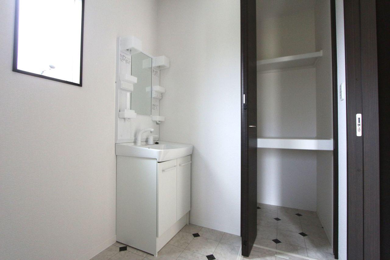 キッチンから直接出入りできる便利な間取りです 大きな洗濯機も無理なく設置して頂けます。 タオルや日用品のストックに役立つ収納も確保。