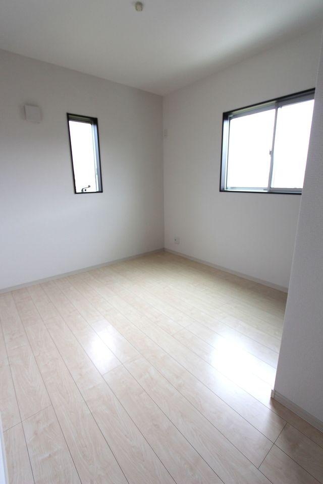 2階洋室は全てフローリング貼でお掃除楽々です。 2面採光で明るさも確保しております。