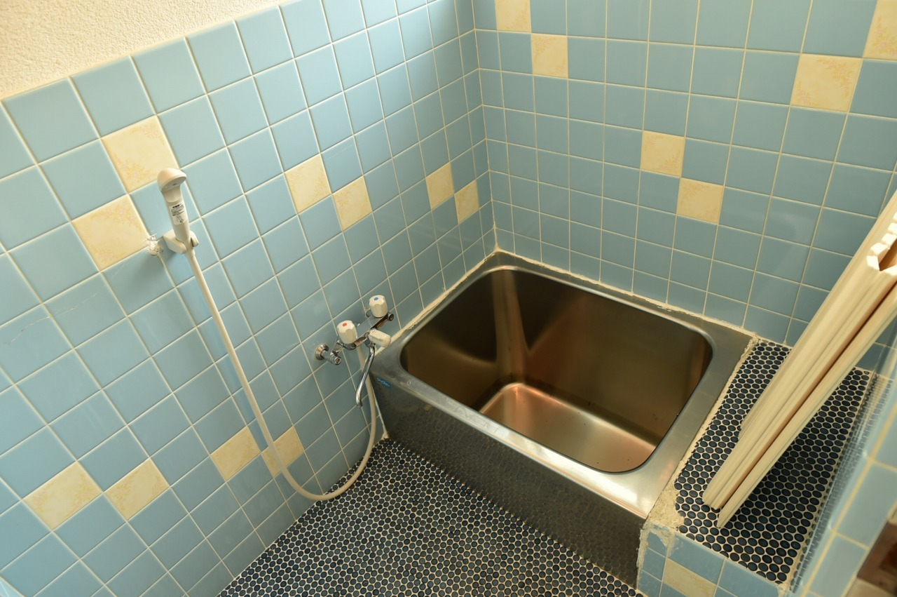 ブルーのタイルがオシャレで癒される浴室