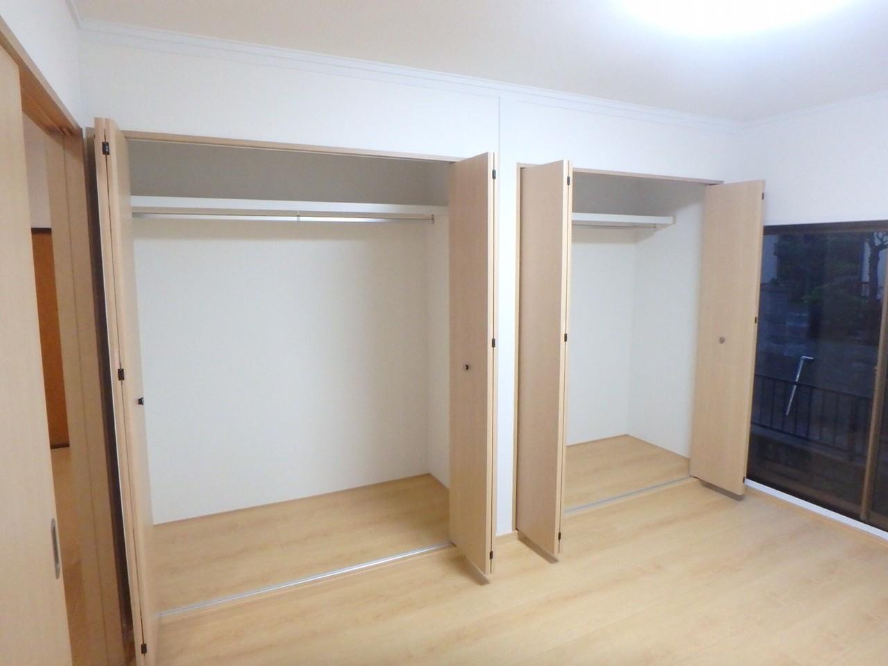6畳洋室の収納です。クローゼットが2つもついているので、種類別に分けたりご兄弟で分けたりと使い方はあなた次第!