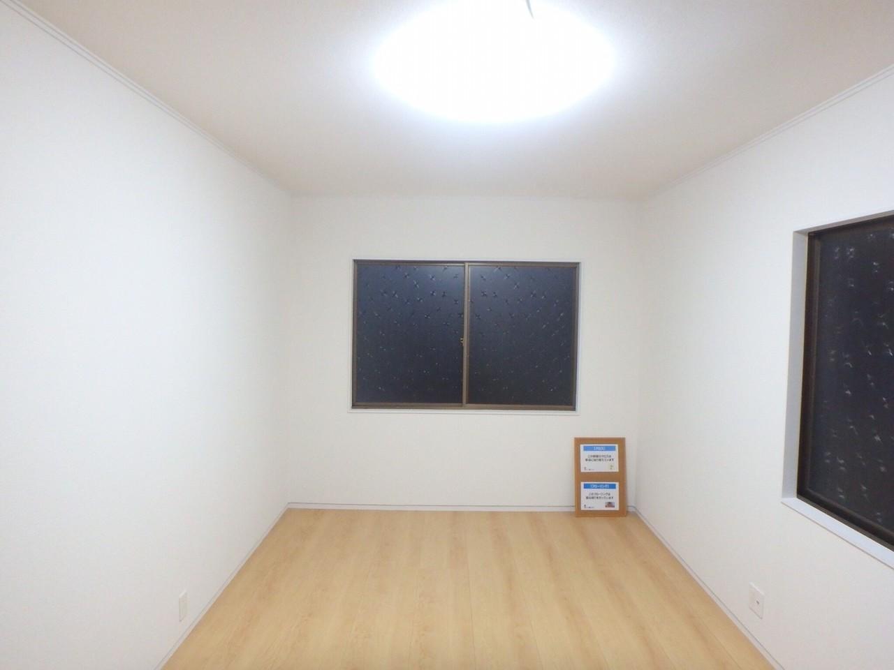 7.5畳の洋室です。3ケ所に窓がついているので日当たり良好!、風通し良好! お部屋で気持ち良く過ごせますね。