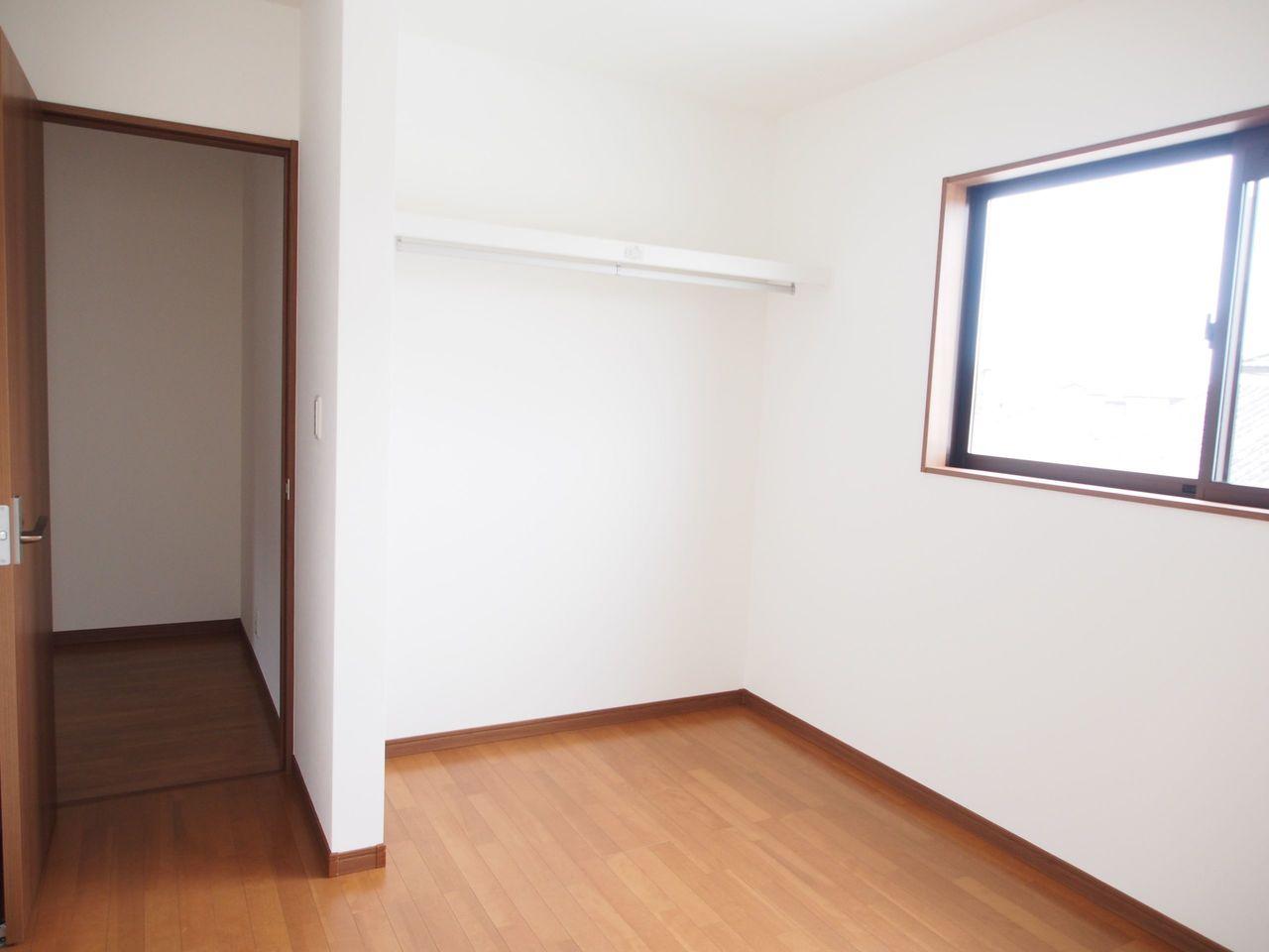 2階洋室は全室フローリング貼で お掃除楽々。
