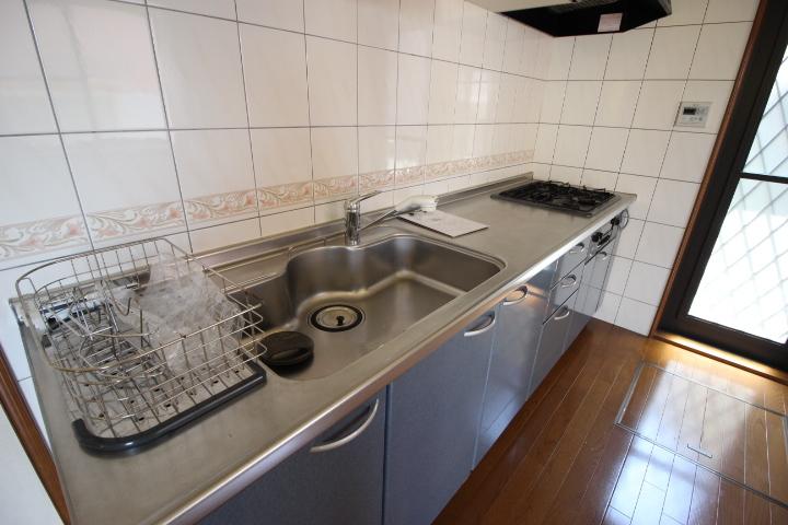 清潔感のあるステンレス製のキッチン