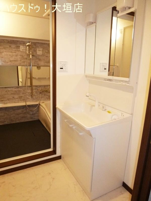 収納も備わった洗面台。水まわりをスッキリと見せます。