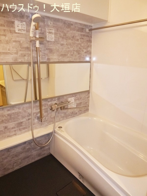 ゆったりとした浴室。落ち着いた空間です。