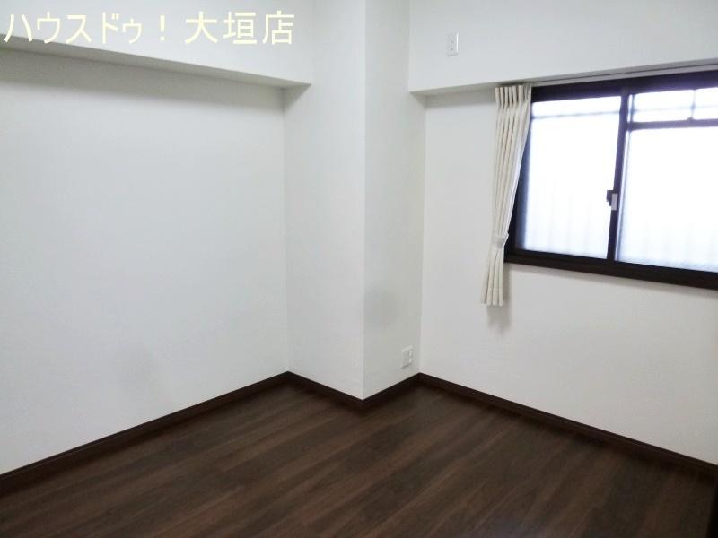 約5帖の洋室。寝室や書斎など使い方いろいろ。