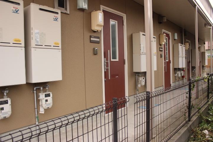 エンジ色の玄関ドアが特徴的なアパートです