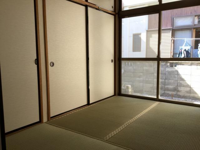 日当たりのよい和室。片側は収納があるので、お布団を収納して寝室としてもお使い頂けます。
