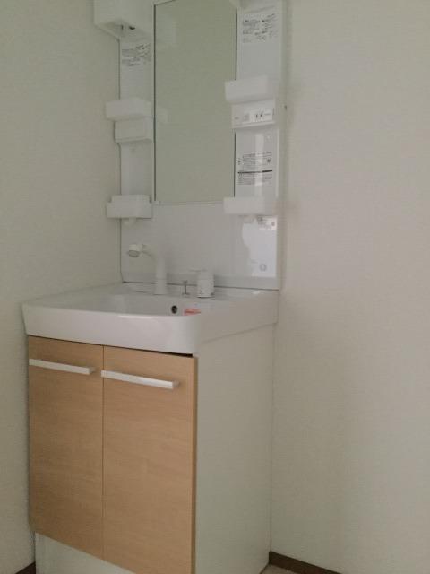 収納付の洗面台で、洗面周りもスッキリします。
