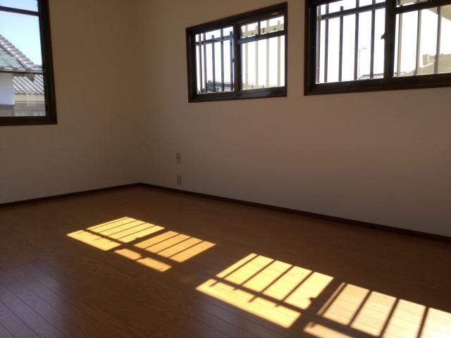 2階洋室。窓からの光がお部屋を明るくします。