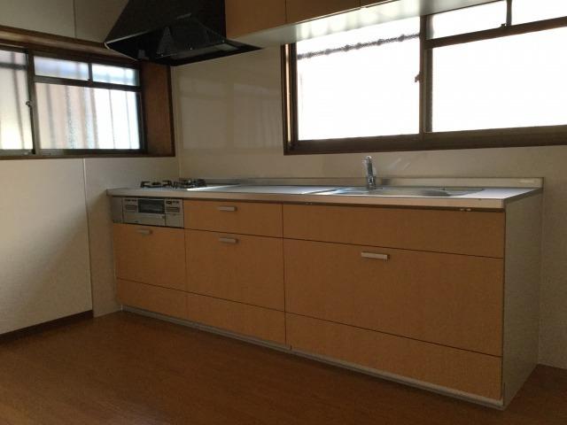 2つの窓は、においがこもりがちなキッチンの換気に便利です。