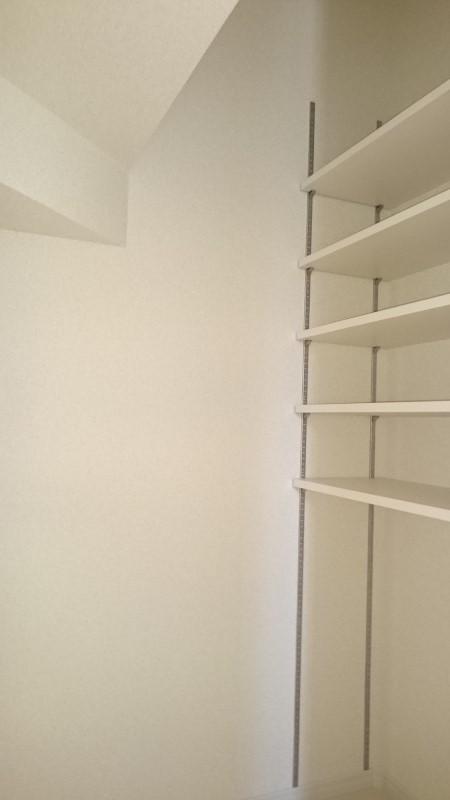 階段下の収納は備え付けの棚があります。