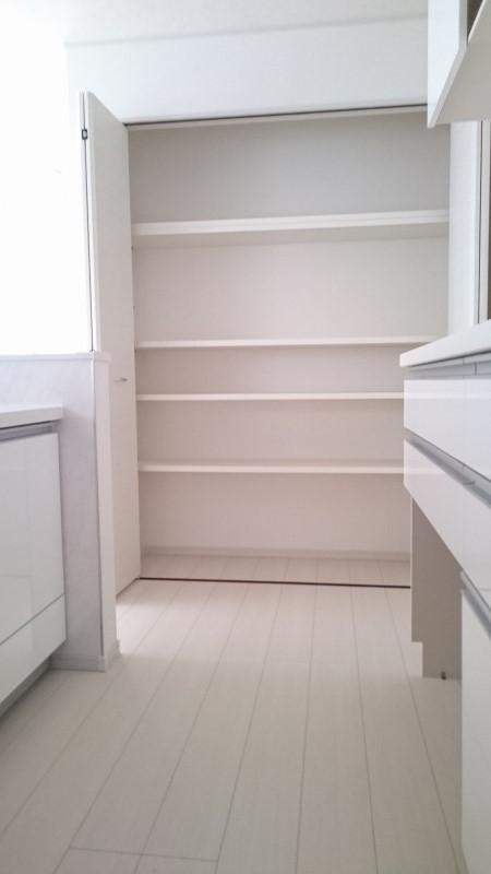 備え付けの収納棚があり、とても便利です。
