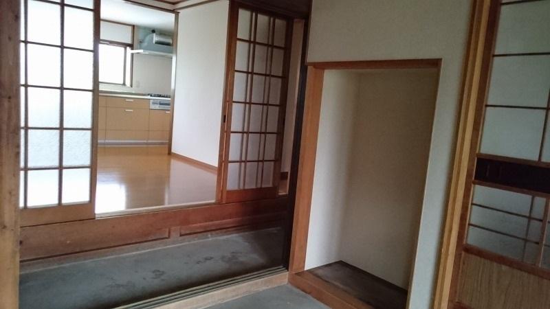玄関内の物置。掃除道具など外で使う物を収納できます。