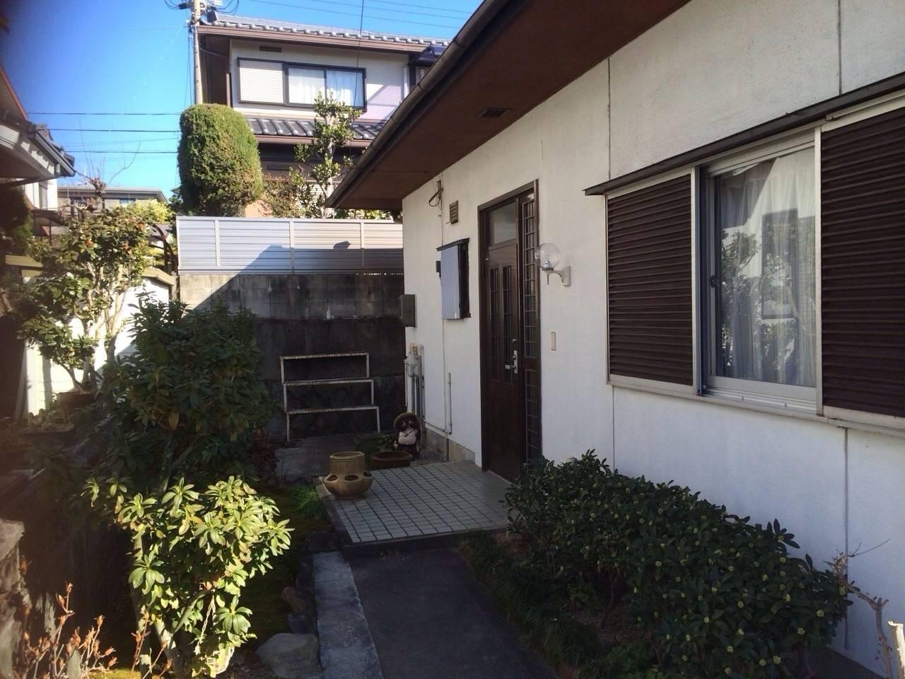 庭側から玄関方向を撮影 2016年2月撮影