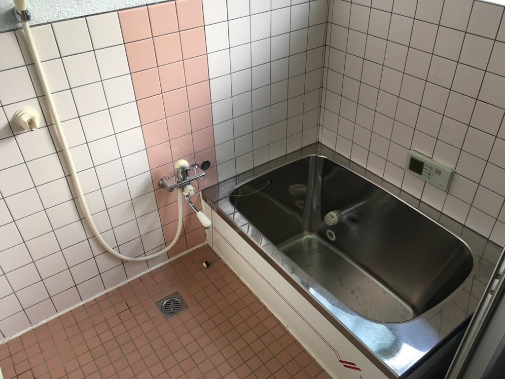 ステンレス浴槽の浴室 暖色系のタイルで明るい空間になっています。