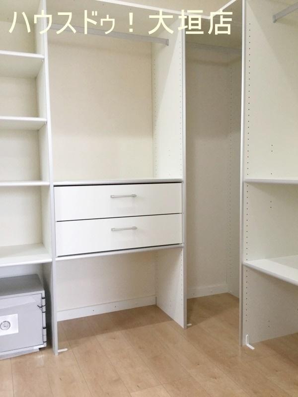 主寝室のWIC、備え付けの棚があるのでとても便利です。  2016/09/12 撮影