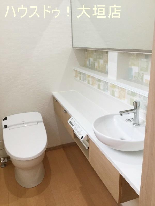 温水洗浄便座付きのトイレ。 トイレは1階2階にございます。便利な手洗い場付き♪  2016/09/12 撮影