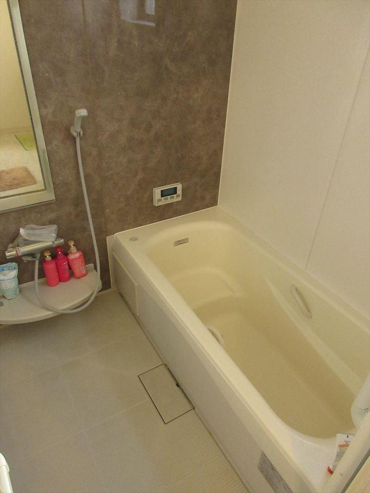 広々とした浴室は浴槽に段差も付いているのでお子様にも安心!