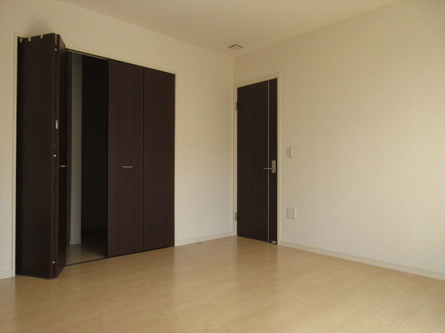 二階西側洋室8帖!収納スペースも充実しています◎