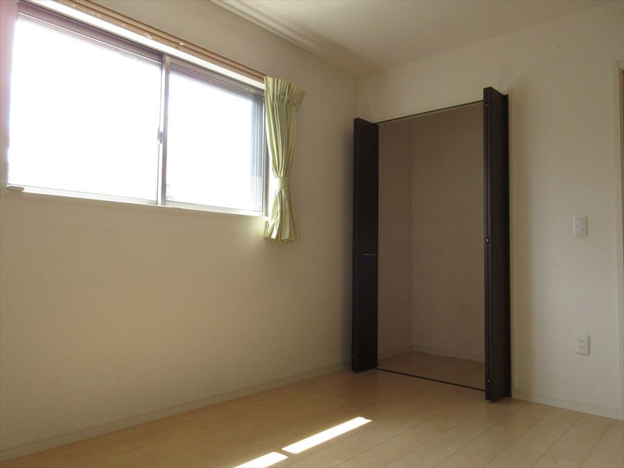 二階東側洋室6帖!