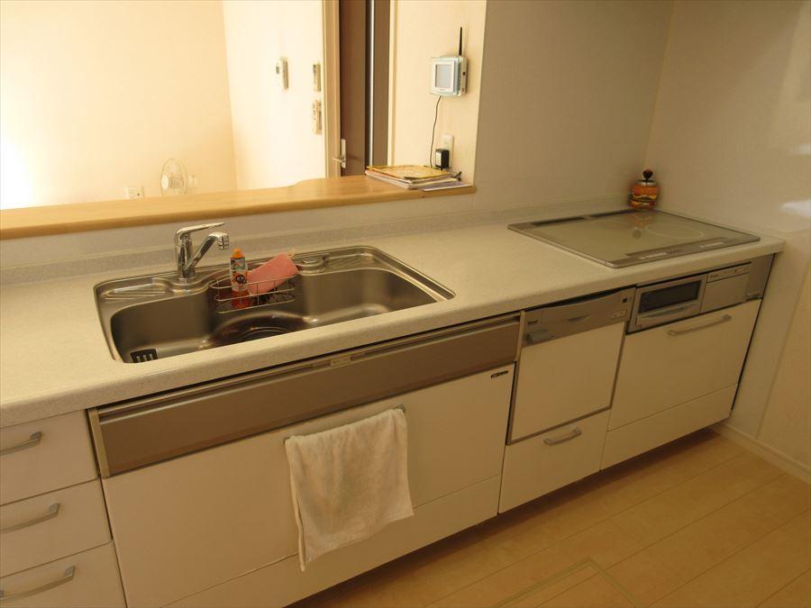 家事をしながらでもリビングを見渡せる対面式キッチン!