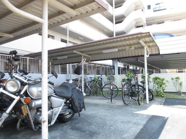 駐輪スペースも屋根付きなので便利ですね!