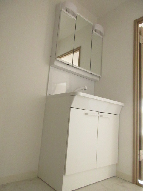 白を基調とする清潔感のある洗面台です。