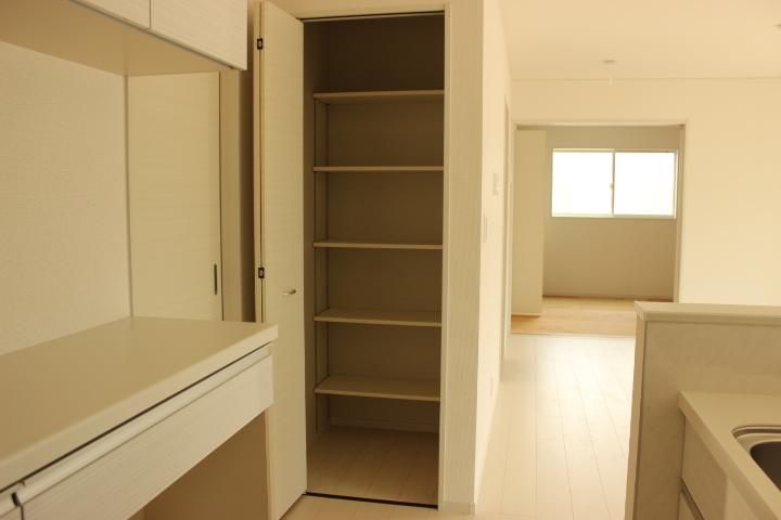 キッチン横には可動棚の収納スペースがあります。食材の貯蔵スペースとして重宝しますね