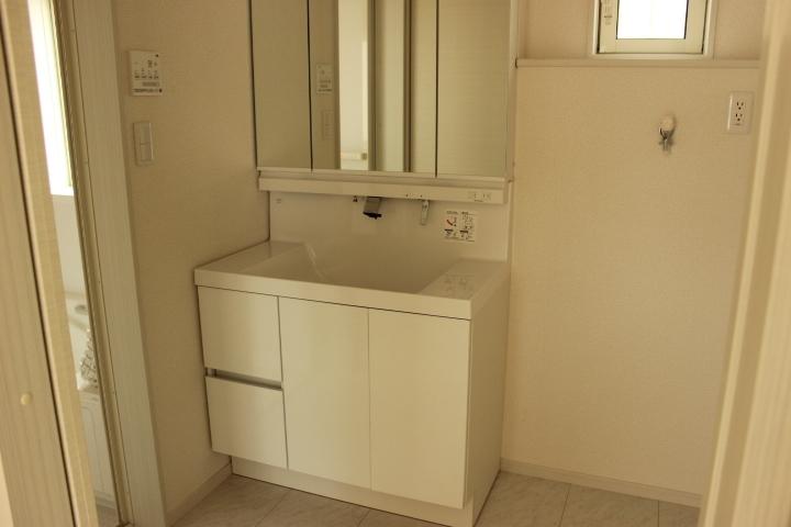 白を基調とした清潔溢れる洗面空間です