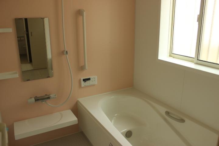 暖かみのある雰囲気の浴室 換気もしっかりできます