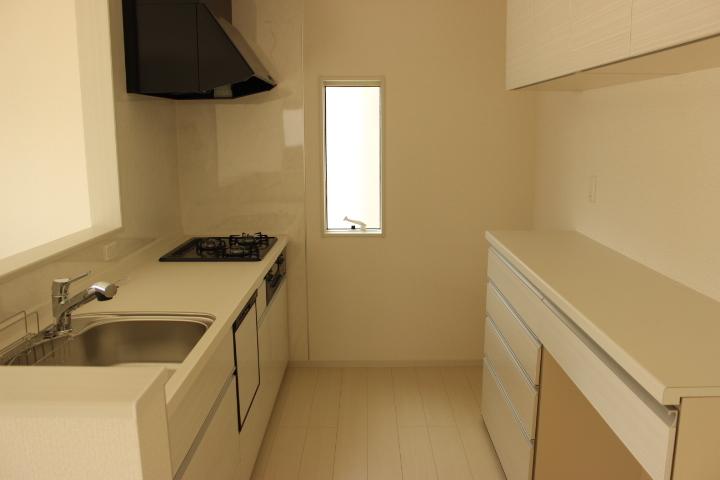 キッチンスペースは広々 収納力のあるカップボードはおススメです