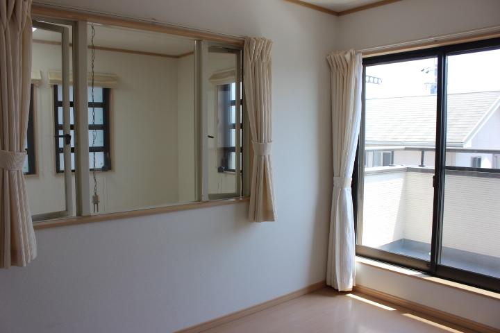 2階6畳洋室は 吹き抜けに面し、リビングの家族の様子を感じられる造りです。
