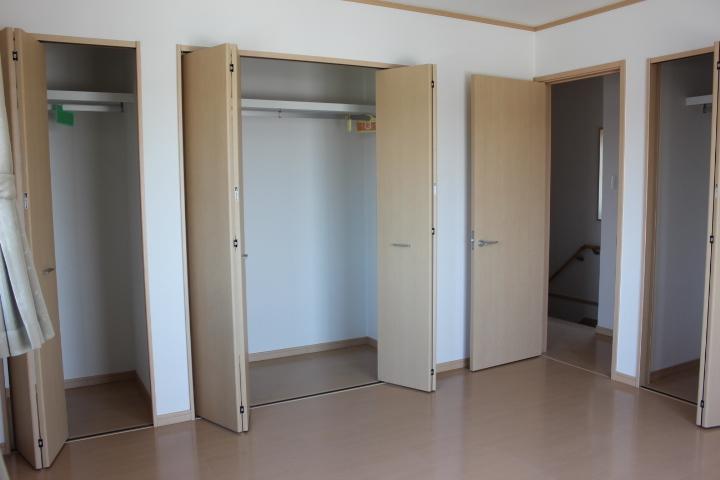 2階8畳の洋室は クローゼットが3カ所。主寝室にも最適です。
