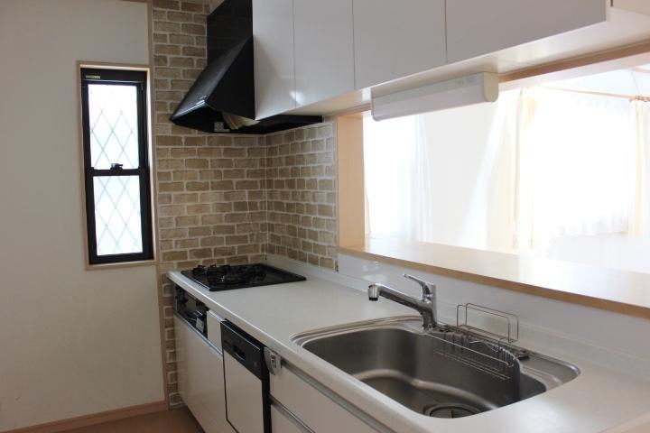 背面にキッチンボードを配しても お二人並んでお料理が楽しめるゆったりスペース。 床下に大型の収納があります。