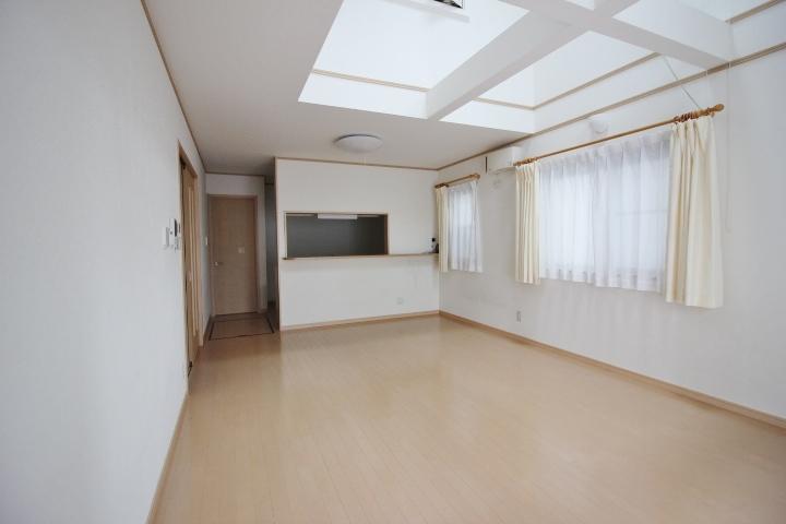 17.5畳のリビングダイニングキッチン 東と南からの採光で朝から明るい室内です。
