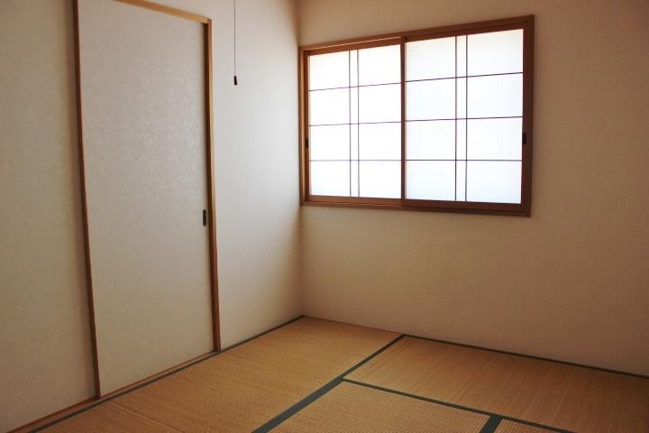 1階6畳の和室には 押入れがあります。その他 全居室に収納があります。