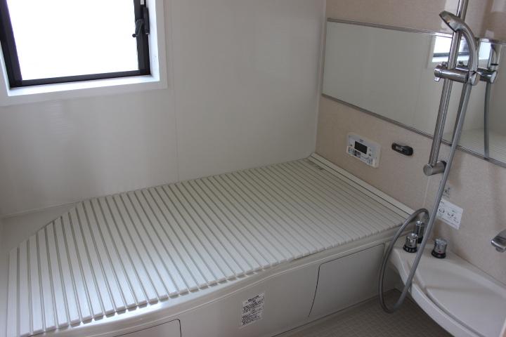 白基調のシステムバスルームは窓もついているので換気面でも安心。