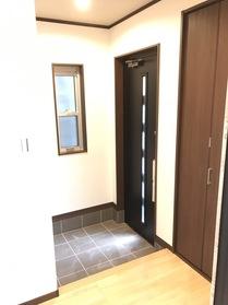 白を基調にした清潔感のある玄関はシューズクロークへもつながっています。