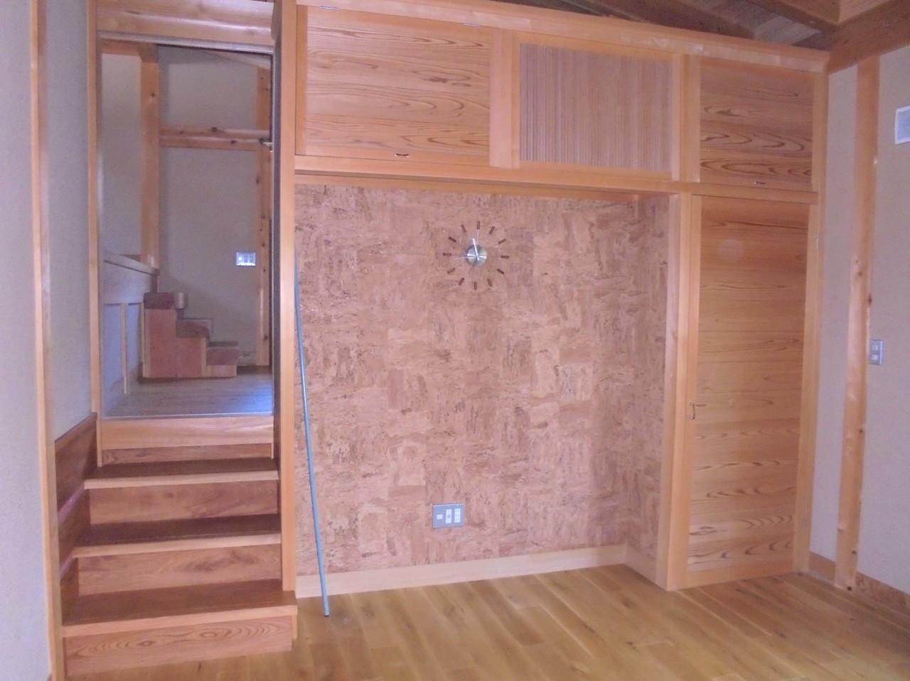 左からは納戸と寝室へ、右の扉を開けると土間物置があります。