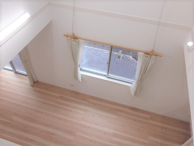 2階の廊下からリビングを見下ろした 時の写真になります。