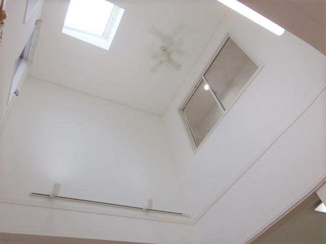 吹抜天井が開放感を生み出すLDK 自然光か明るく照らしてくれます